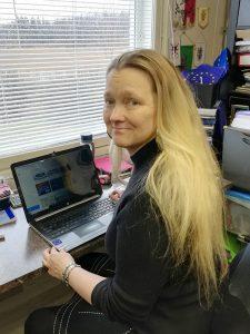Krista työpöydän äärellä