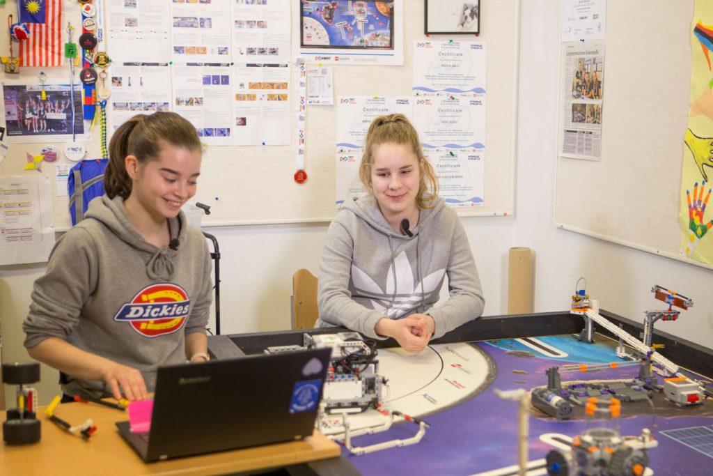 aino alho ja emma tamminen rakentavat robotti ruuperttia.