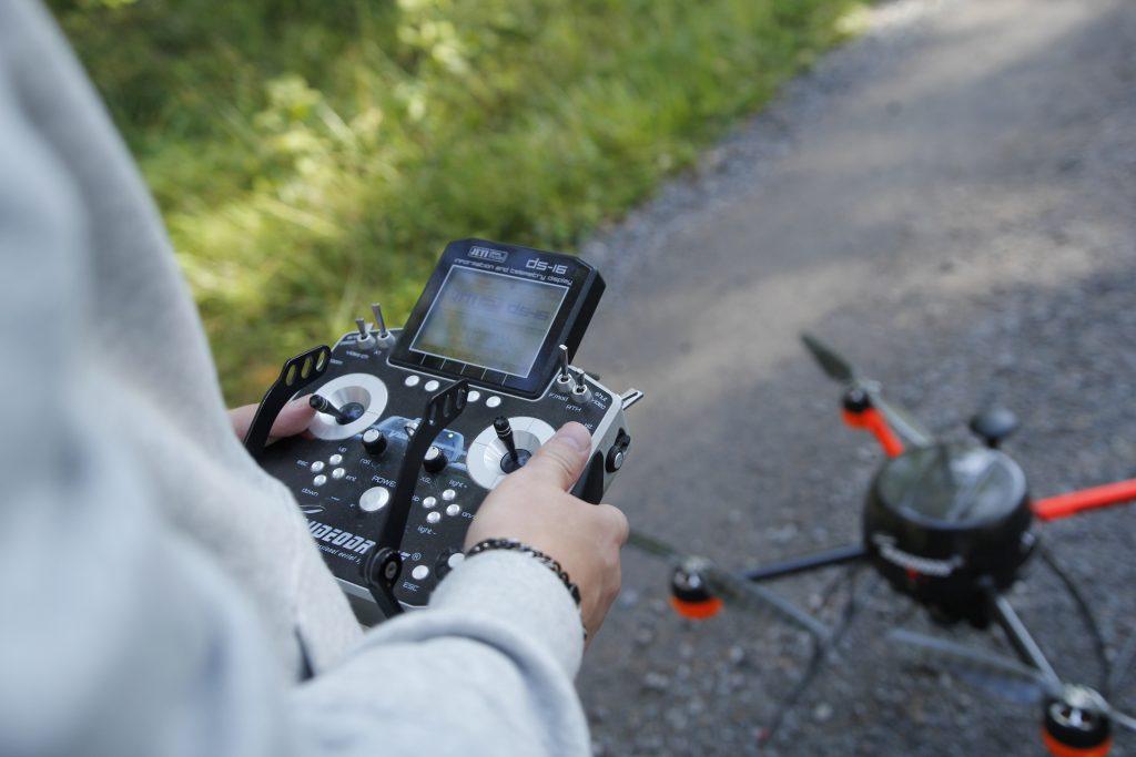 Drone ja sen ohjauslaitteisto