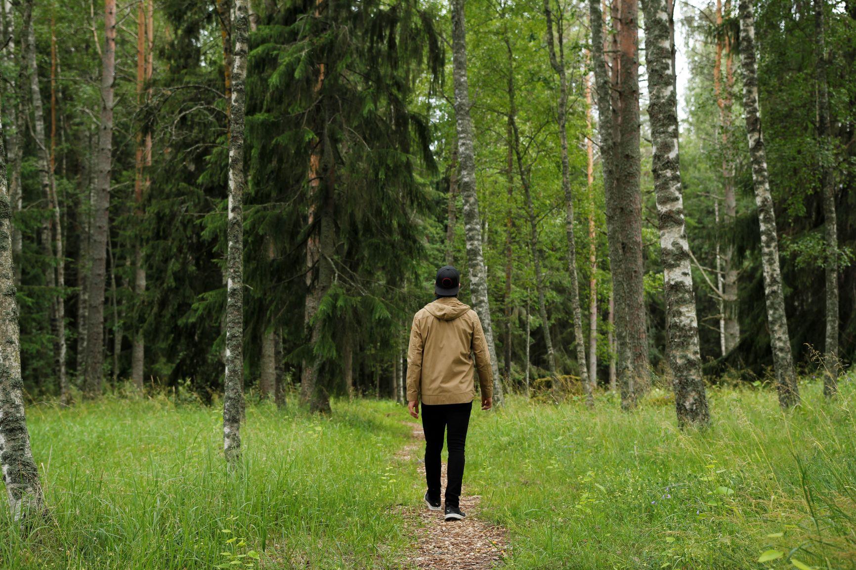 Mies kulkee polkua pitkin.