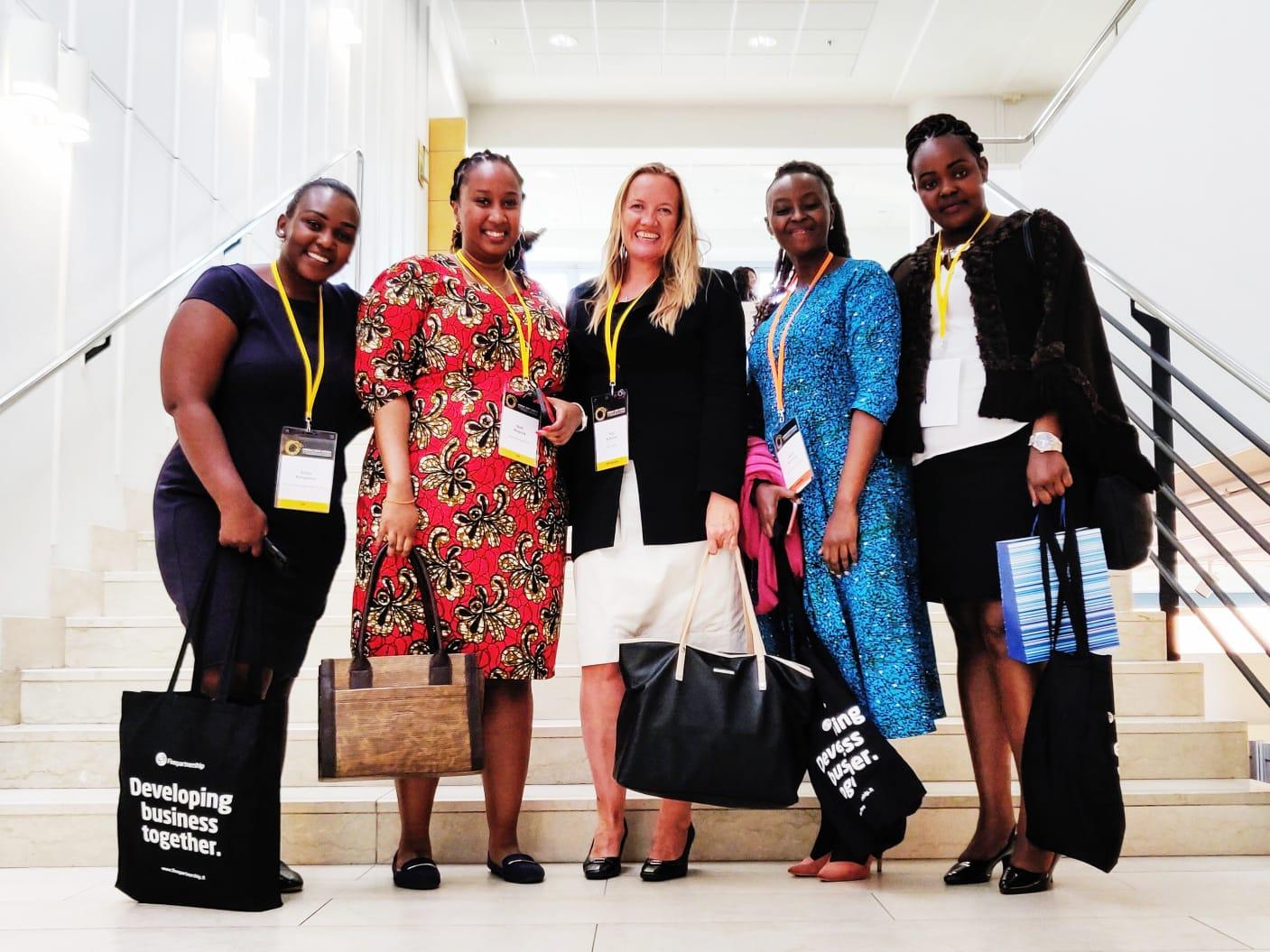 Pirjo Suhonen neljän afrikkalaisen kollegan kanssa konferenssissa.